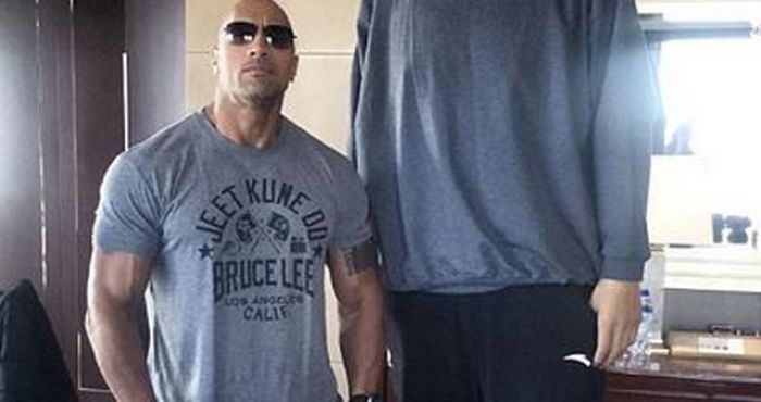 dwayne the rock johnson takes photo with the tallest man we ve